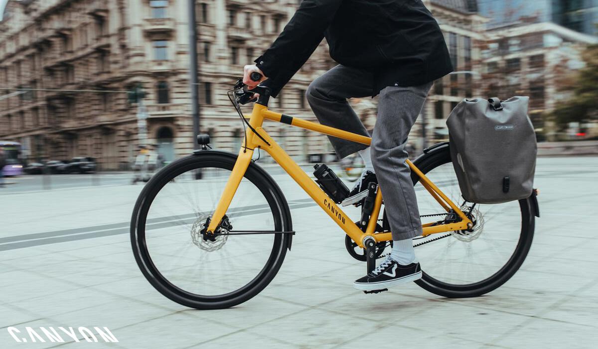 Ciclista uomo per la città in sella a una bici Canyon Commuter 2021
