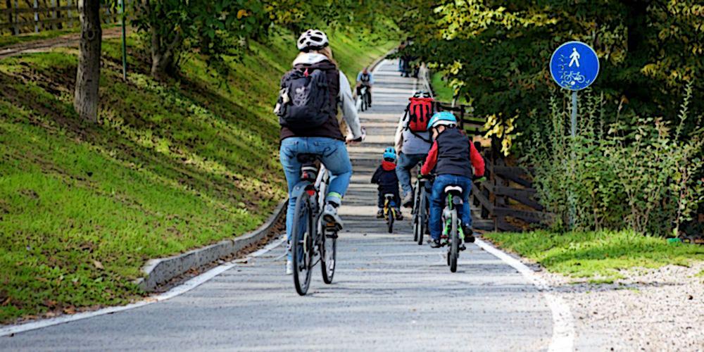 Ciclisti a spasso lungo una pista ciclabile