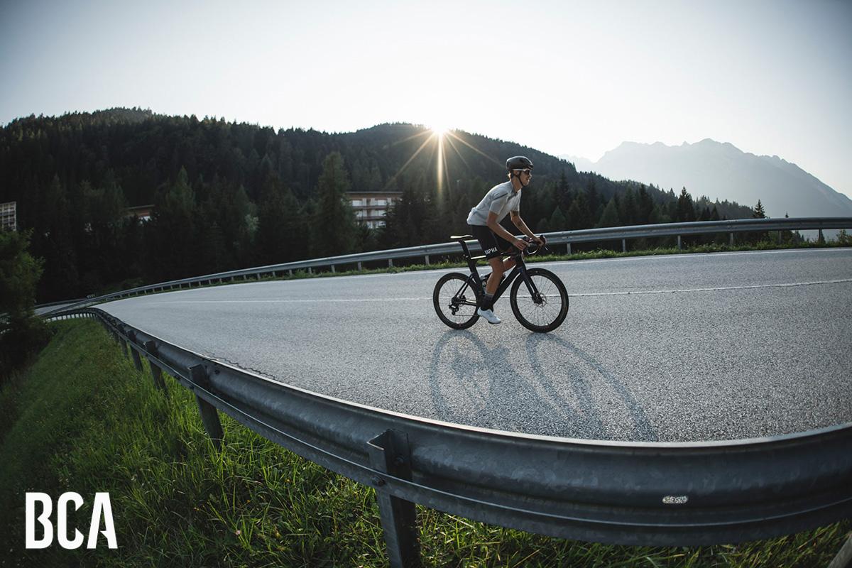 Un giornalista che testa un nuovo modello di bici da corsa 2021 durante il Bike Connection Demo