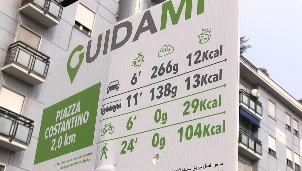 Uno dei cartelli installati a Milano per l'iniziativa GuidaMi con i dettagli della mobilità dolce contro sulla pesante