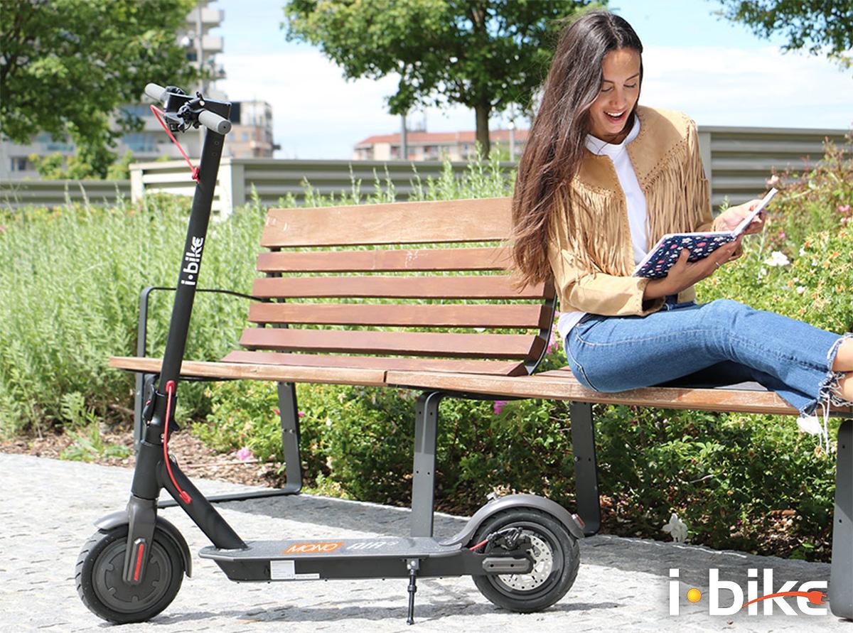 Un ragazza al parco con il suo nuovo monopattino Ibike Mono Air S 2021