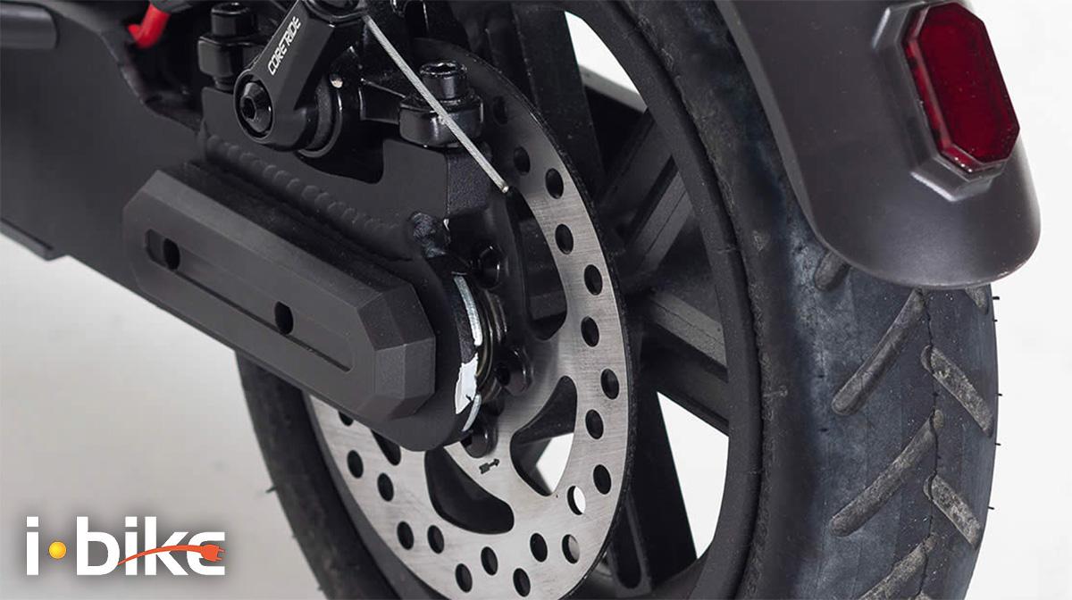 Dettaglio del freno a disco presente sul nuovo monopattino elettrico Ibike Mono Air S 2021