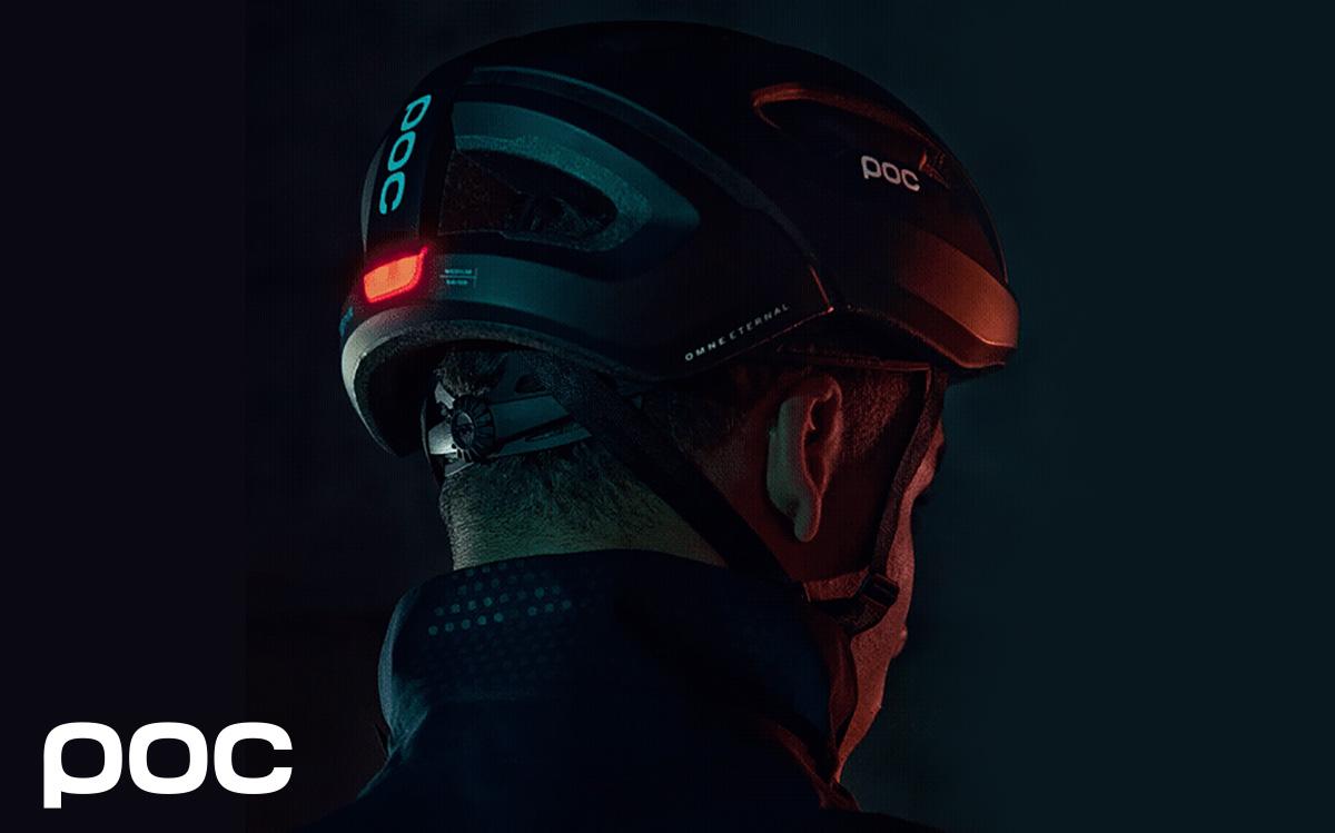 Un ciclista urbano indossa il nuovo casco con retroilluminazione Poc Omne Eternal 2021