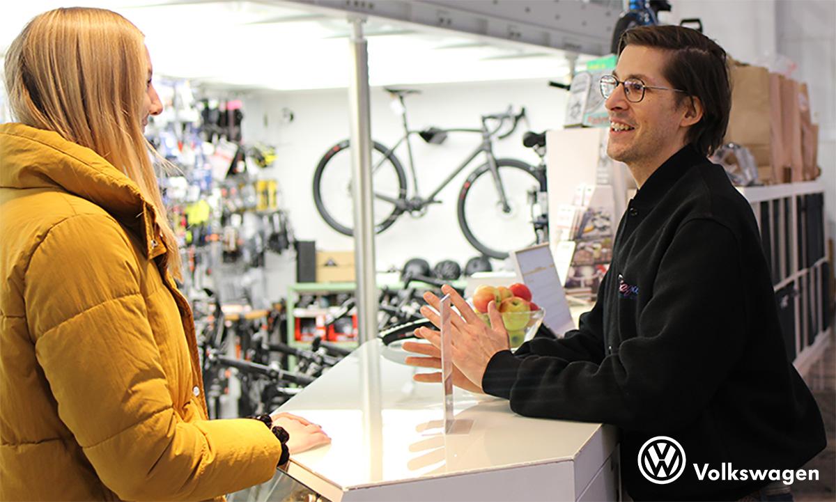 Una ragazza chiede consulenza per il finanziamento dedicato alle bici ed ebike fornito da Volkswagen