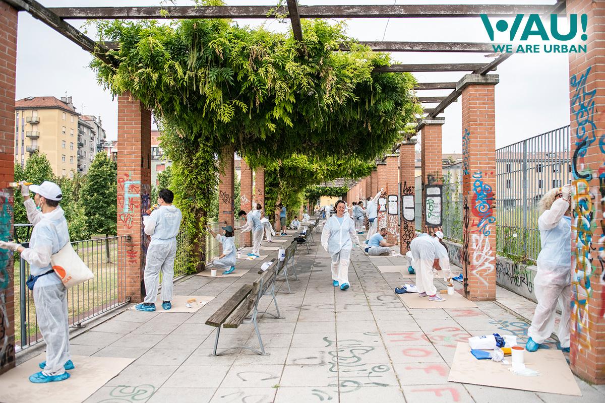Il team di We Are Urban WAU! ridipinge delle strutture oggetto di atti vandalici