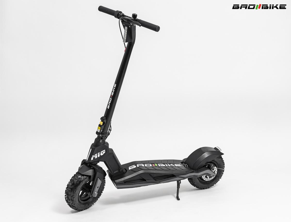 Il nuovo monopattino elettrico Bad Bike Mig 2021 visto di trequarti