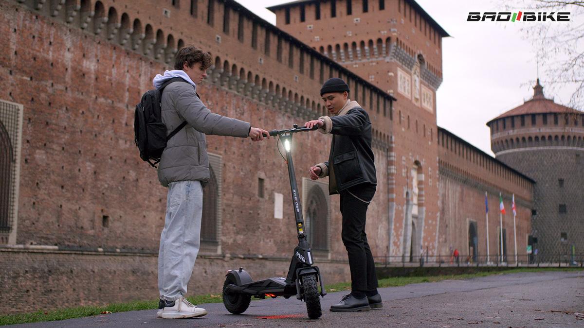 Due ragazzi in città con il nuovo monopattino elettrico BadBike Mig 2021