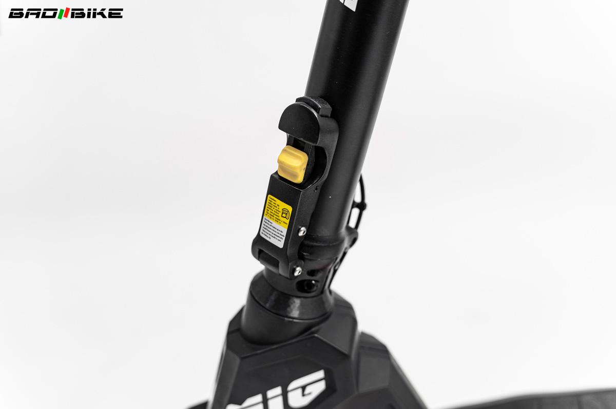 Dettaglio della chiusura del tubo anteriore del monopattino elettrico Bad Bike Mig 2021