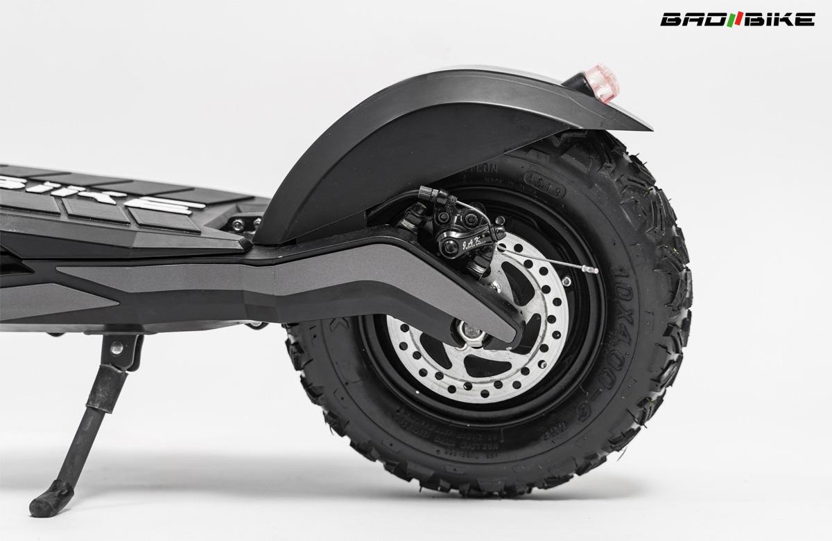 Dettaglio del freno e della ruota posteriori del monopattino elettrico Bad Bike Mig 2021