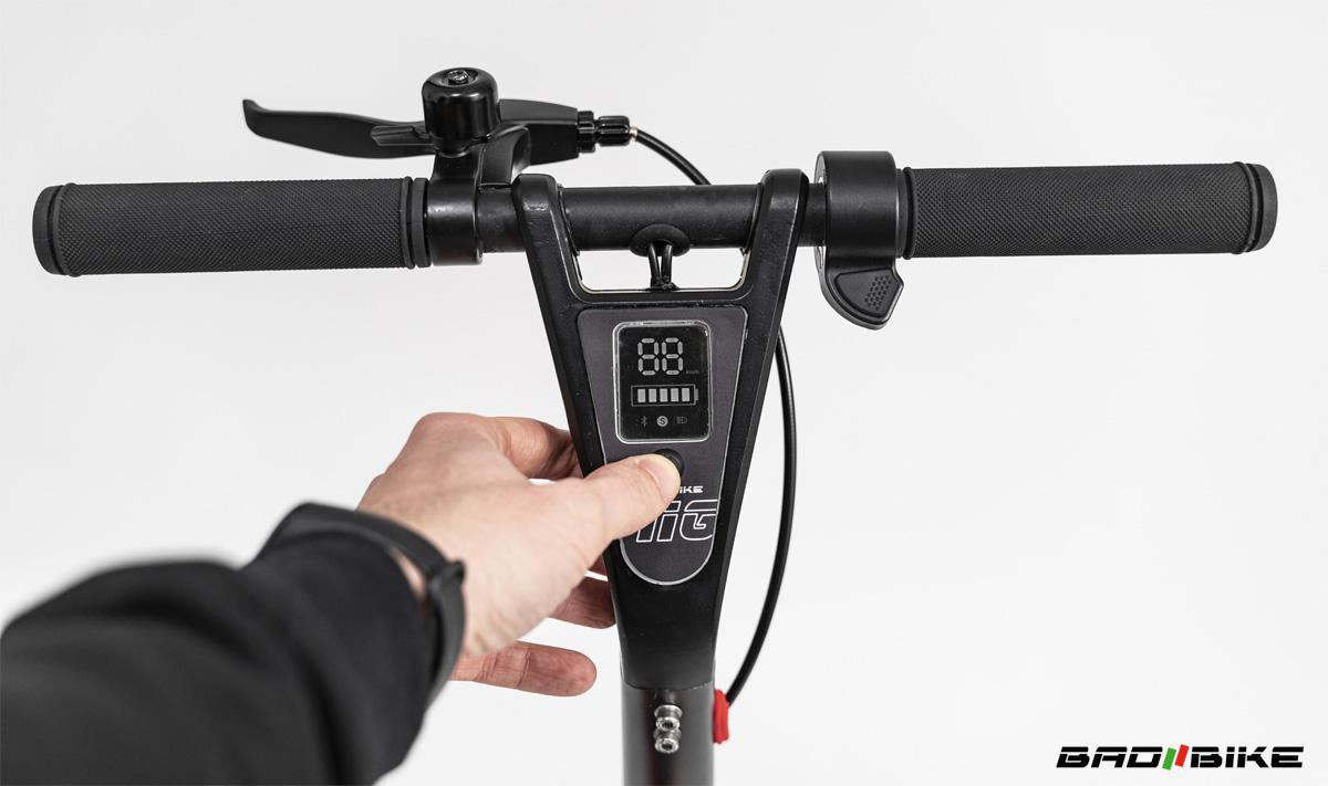 Display integrato equipaggiato sul monopattino elettrico Bad Bike Mig 2021