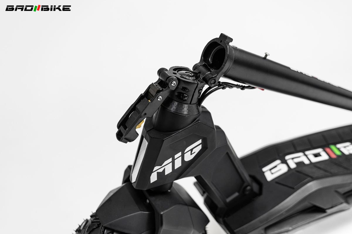Dettaglio tubo manubrio piegato sul monopattino elettrico Bad Bike Mig 2021