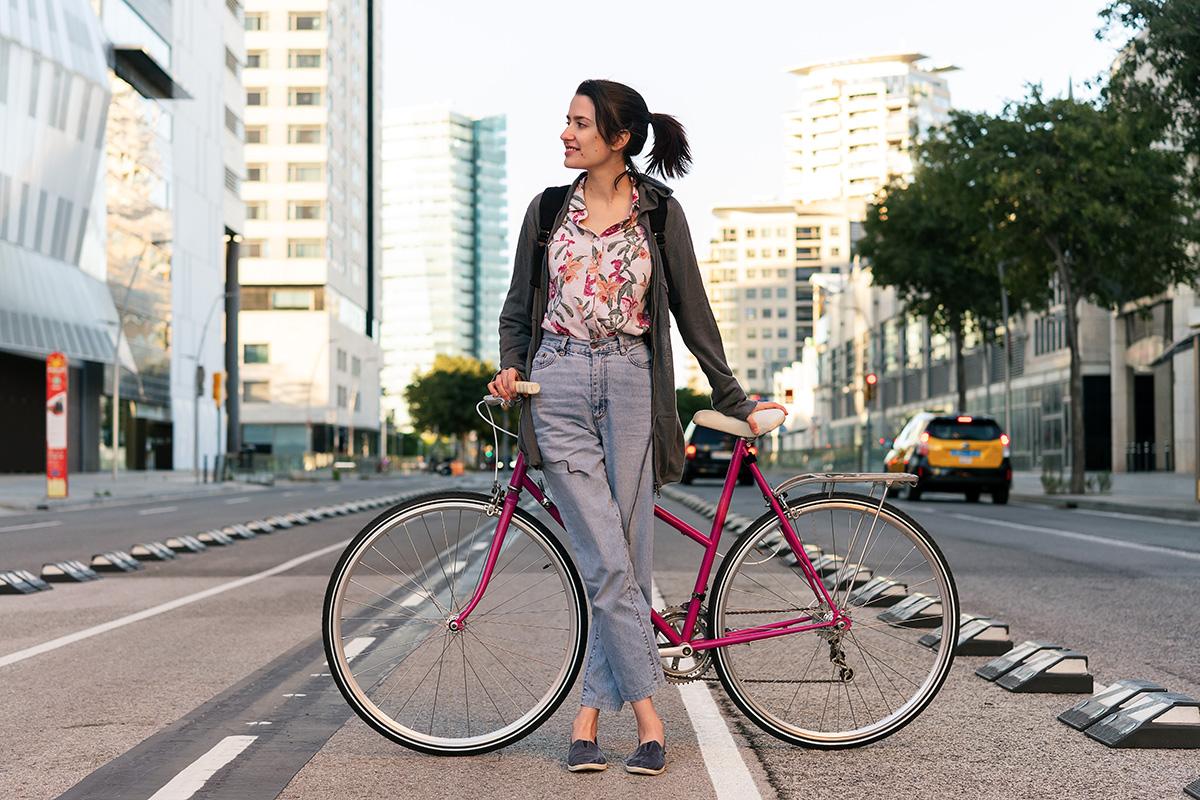 Una ragazza posa seduta sulla propria city bike