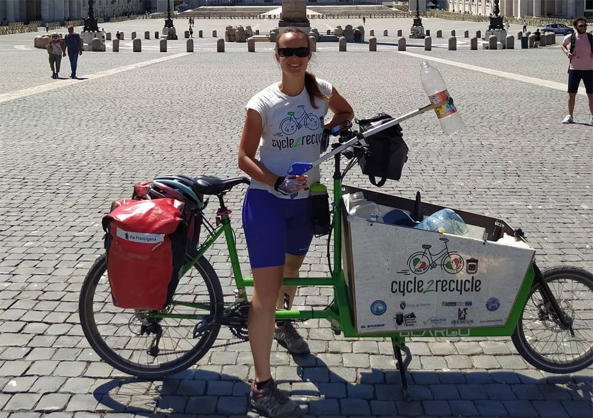 Una foto di Myra Stals che raccoglie la plastica sul tragitto percorso in cargo bike