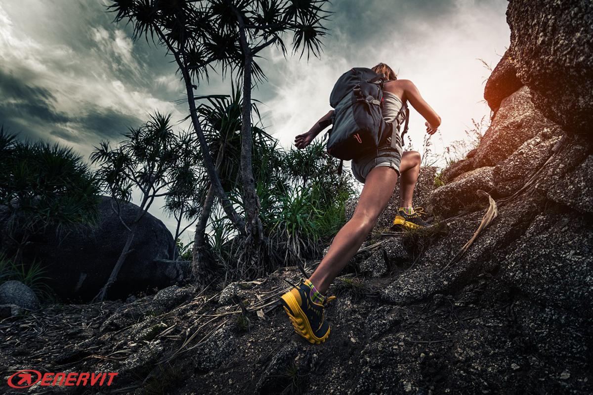 Una donna impegnata ad affrontare un trail running corre in salita