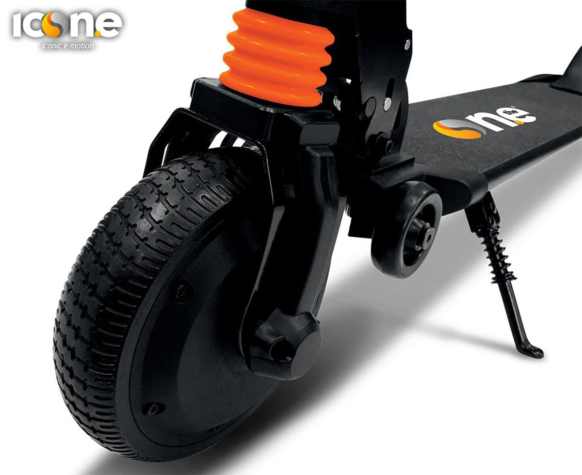 Dettaglio della ruota anteriore del monopattino elettrico Icone Spillo Pro