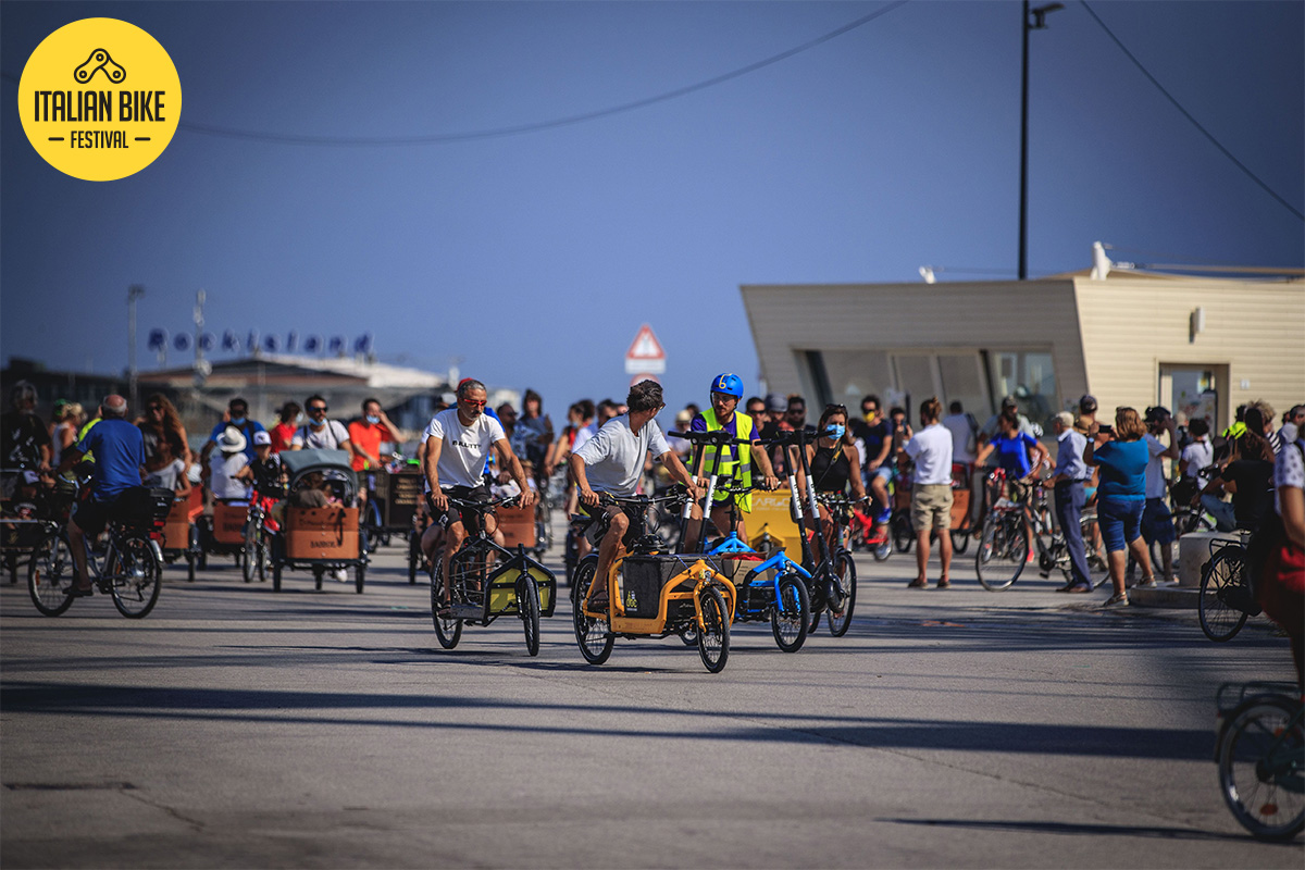 """Alcuni ragazzi pedalano in sella a delle Cargo Bike durante il raduno """"Cargo Bike Revolution"""""""