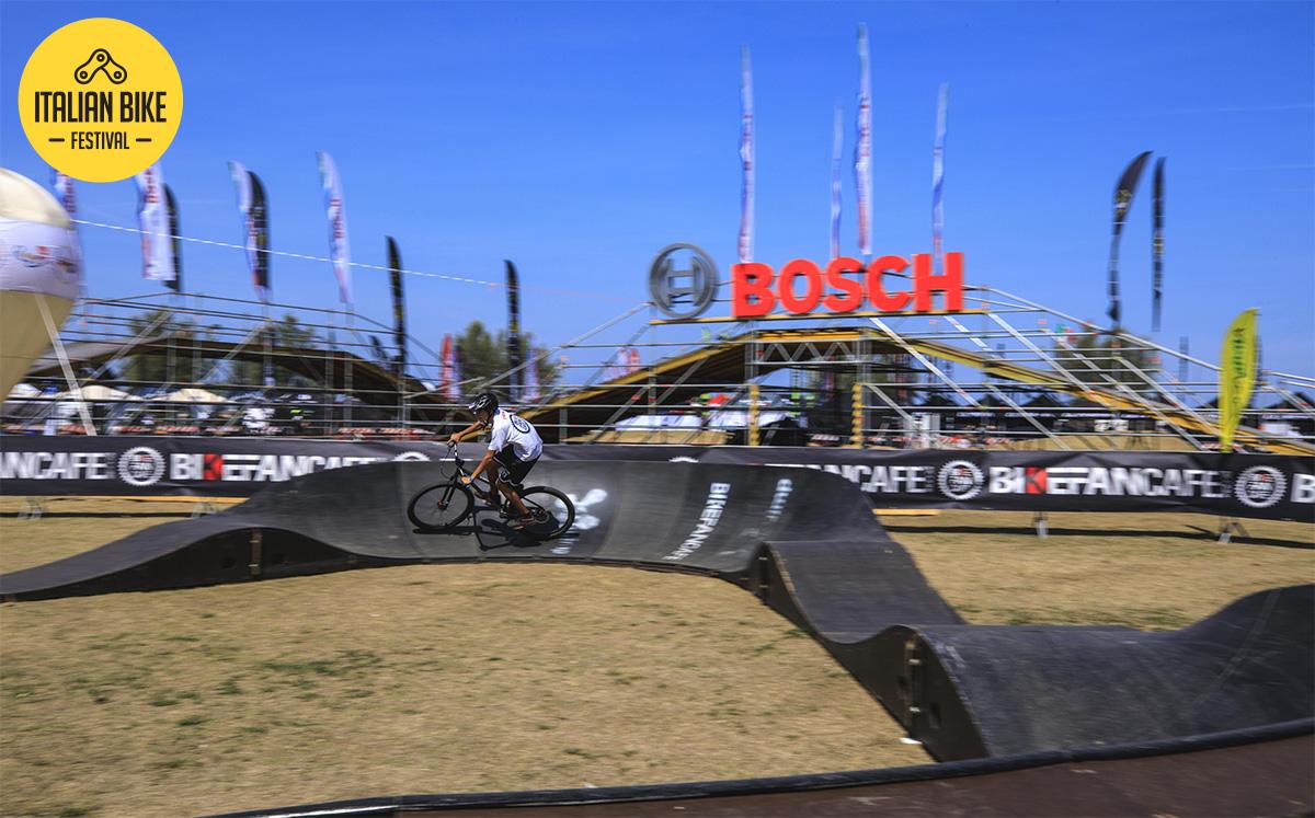 Un giovane rider pedala sul Pumptrack allestito in occasione dell'Italian Bike Festival