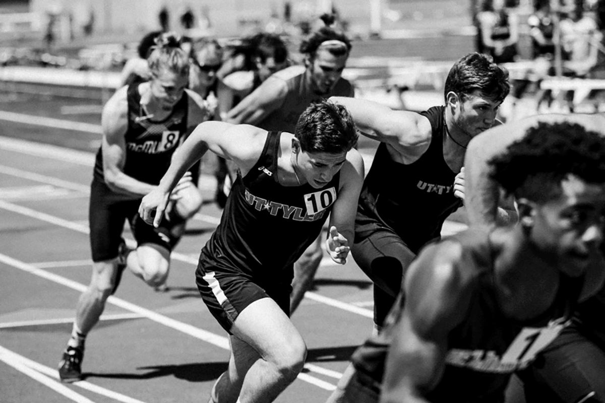 Alcuni atleti impegnati in una competizione di corsa su pista