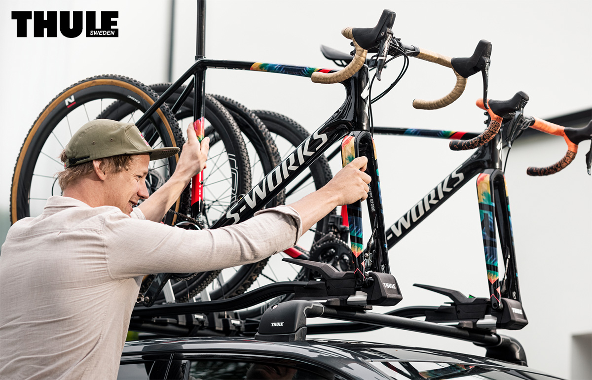 Un uomo monta le proprie bici sul supporto portabili per auto Thule Topride 2021