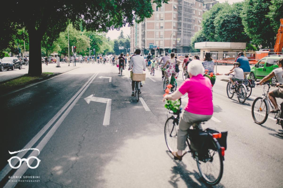 Dei ciclisti pedalano su una strada in occasione del BikeItalia Day