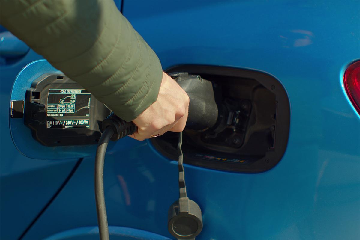 Un esempio di vecchia etichetta applicata sullo sportellino per la ricarica di un'auto elettrica