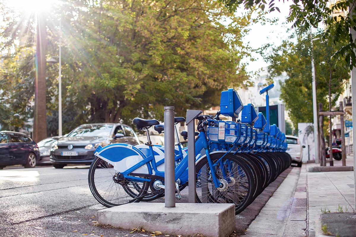 Foto di una fila di biciclette elettriche dedicate al bike sharing