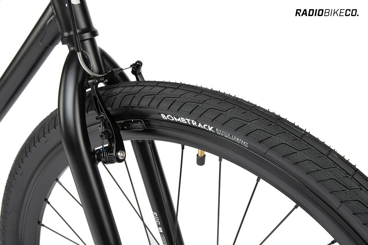"""Dettaglio della ruota anteriore e dei freni teatro montati sulla nuova city bike Radiobike Divide 28"""" 2021"""