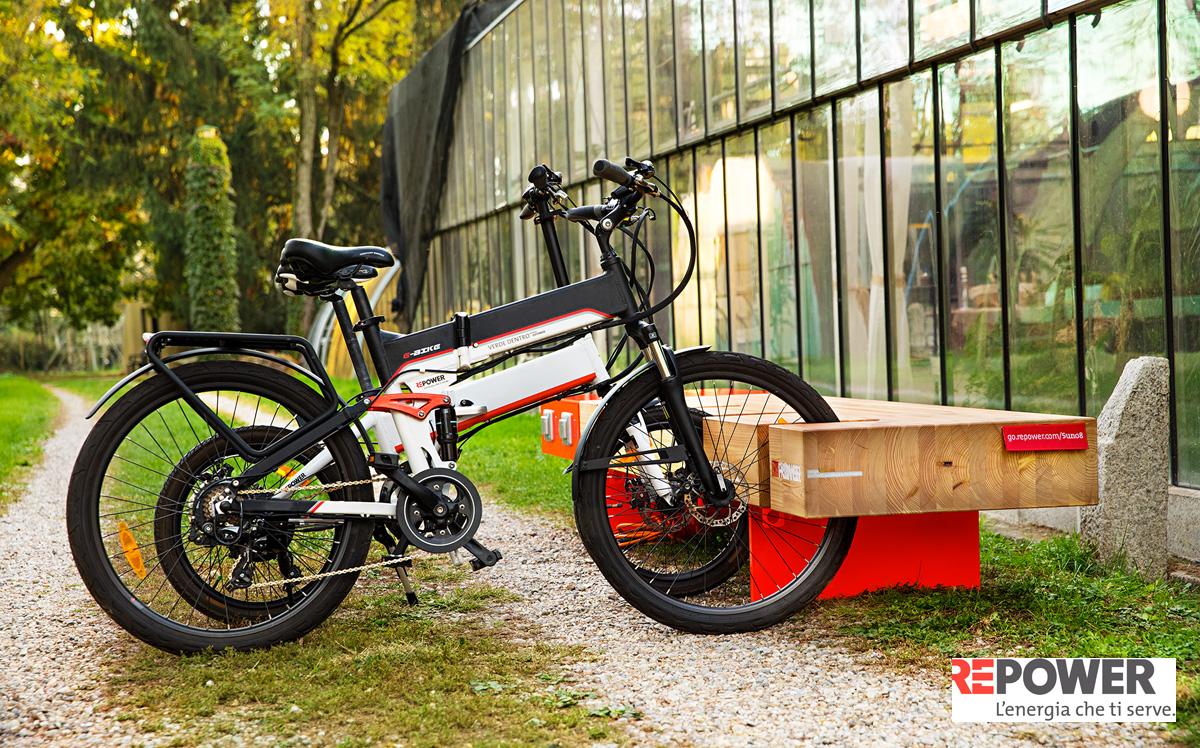 Bici elettriche parcheggiate nei pressi di una serra