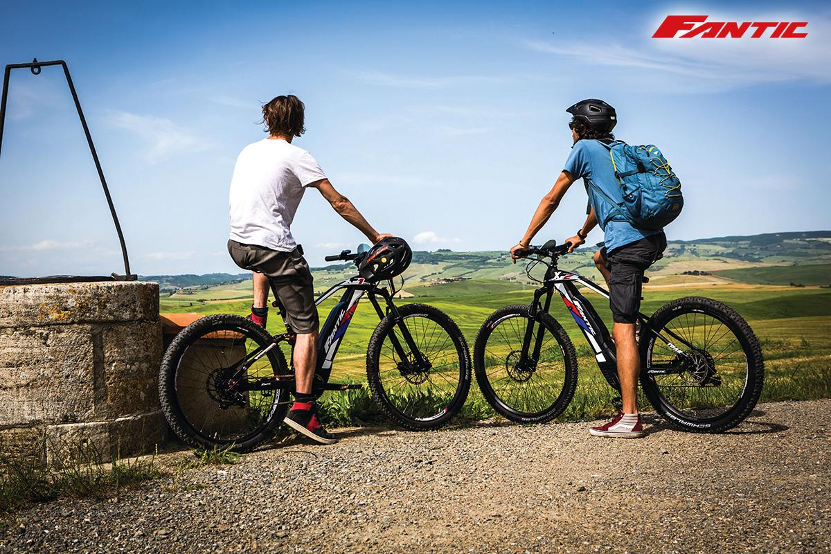 Due uomini pedalano con delle ebike Fantic noleggiate tramite il servizio Fantic Rent