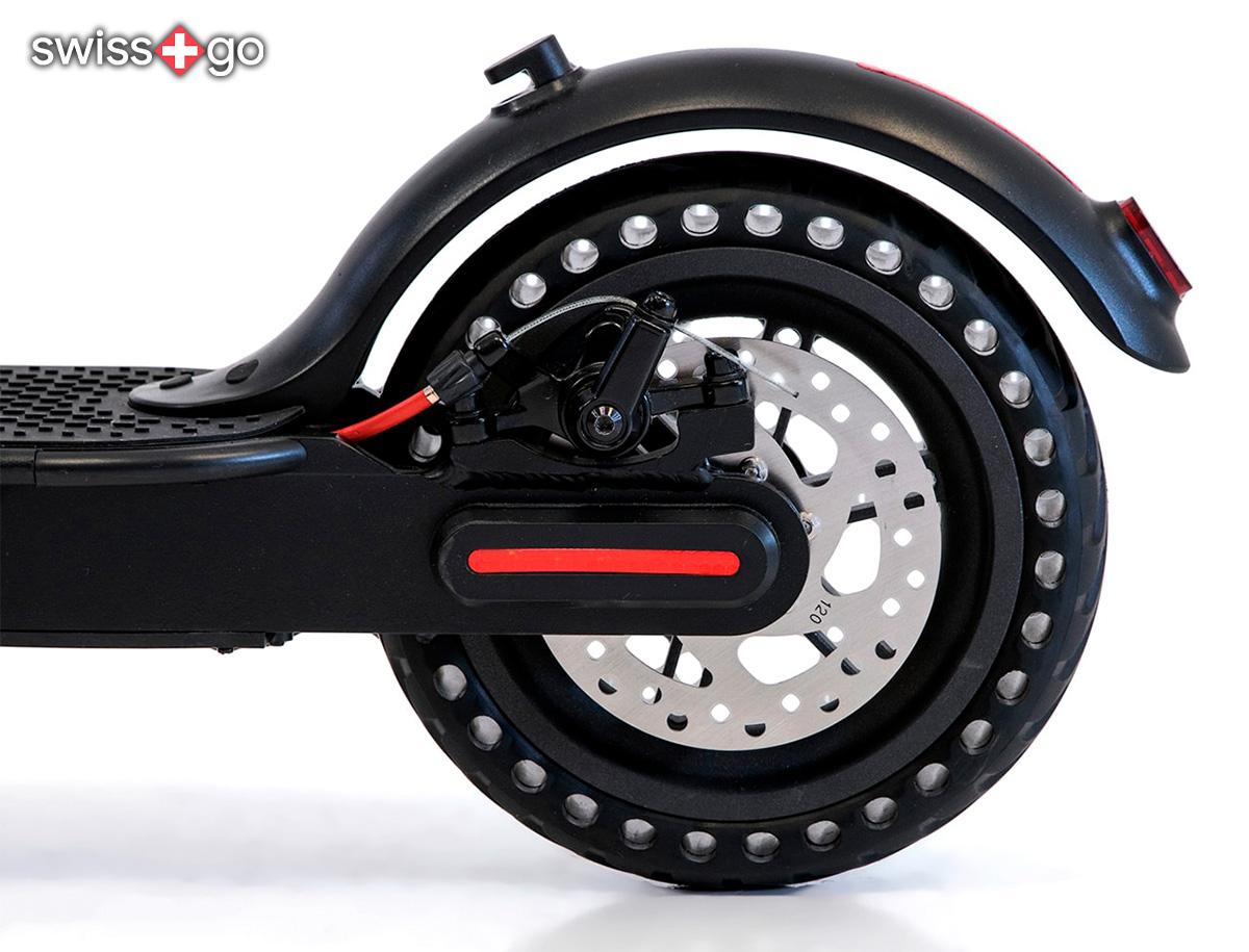 Dettaglio della ruota posteriore del nuovo monopattino elettrico Swissgo PT015 2021