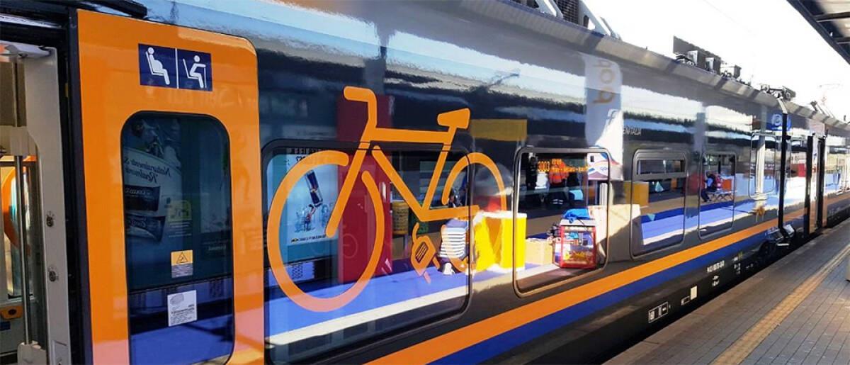 Un vagone del treno dedicato al trasporto di passeggeri con le biciclette