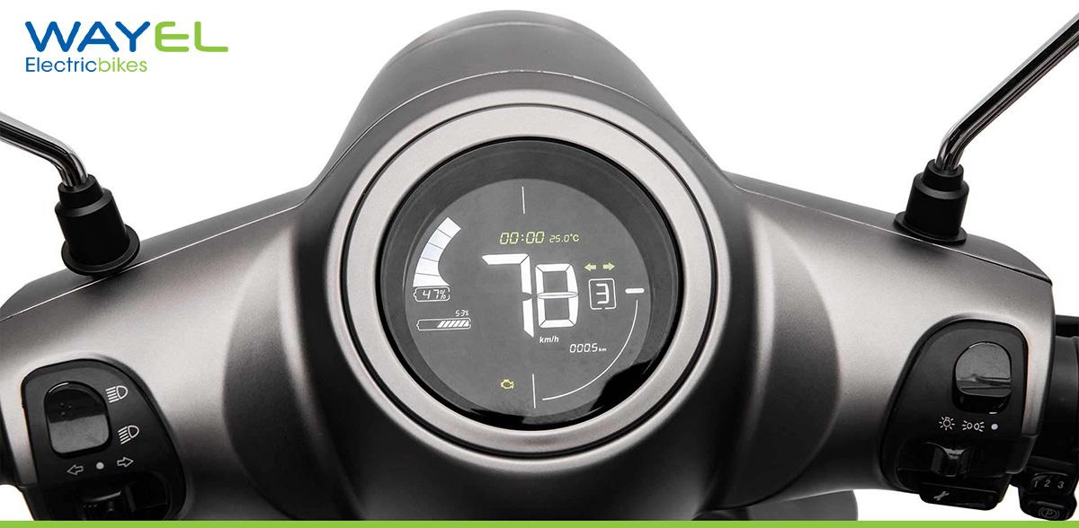 Il display LCD a colori del Wayel W3 mostra velocità e autonomia dello scooter elettrico