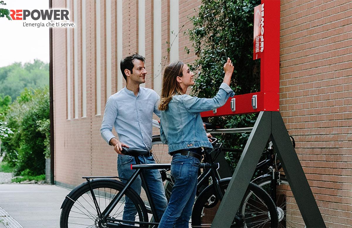Una coppia ricarica la propria bici elettrica ad una nuova rastrelliera di ricarica Repower
