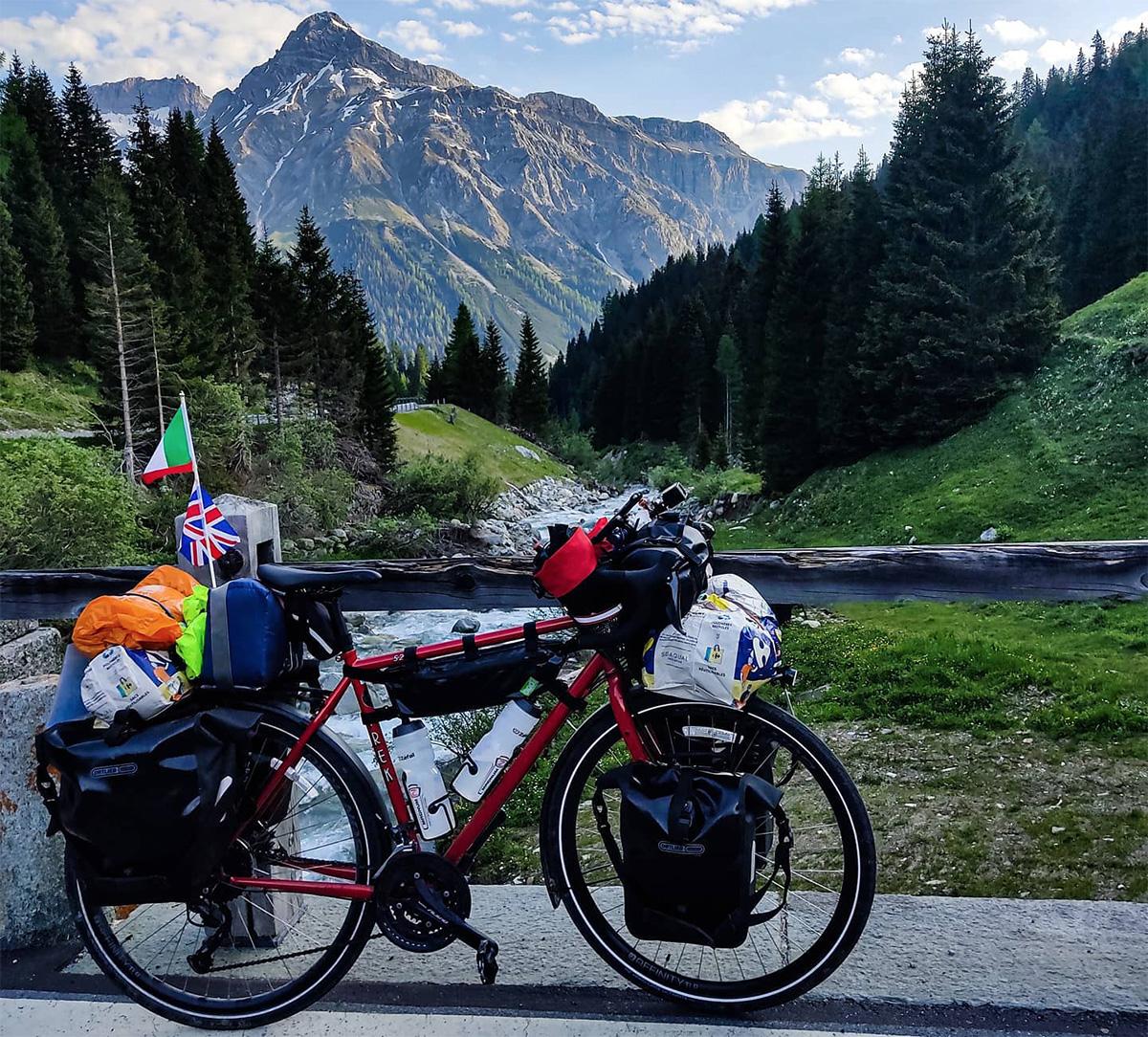 La bicicletta di Domenico Sprovieri con la quale viaggia per raccogliere fondi per la ricerca sul rene policistico