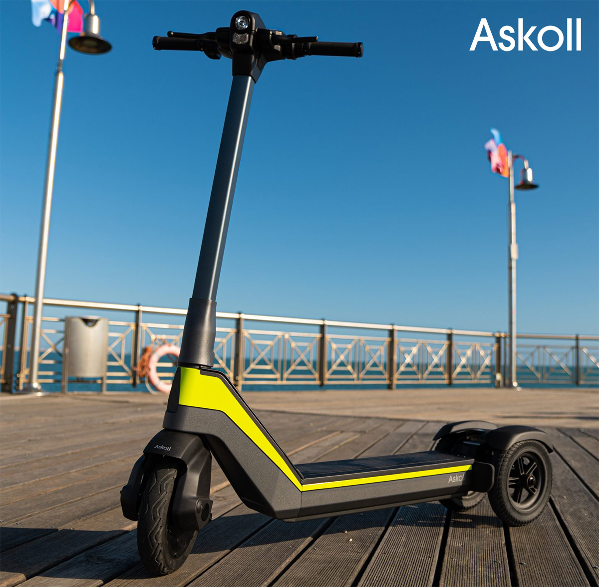 Il monopattino Askoll e.sco parcheggiato su un pontile