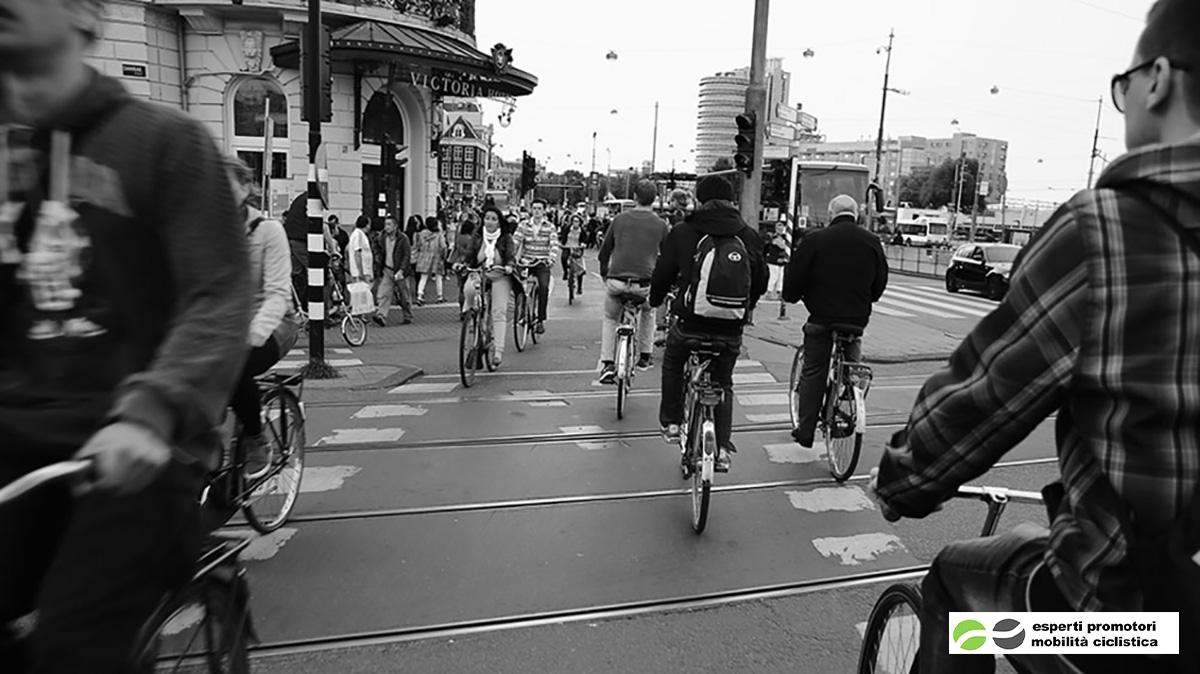 Dei ciclisti pedalano su una pista ciclabile in città