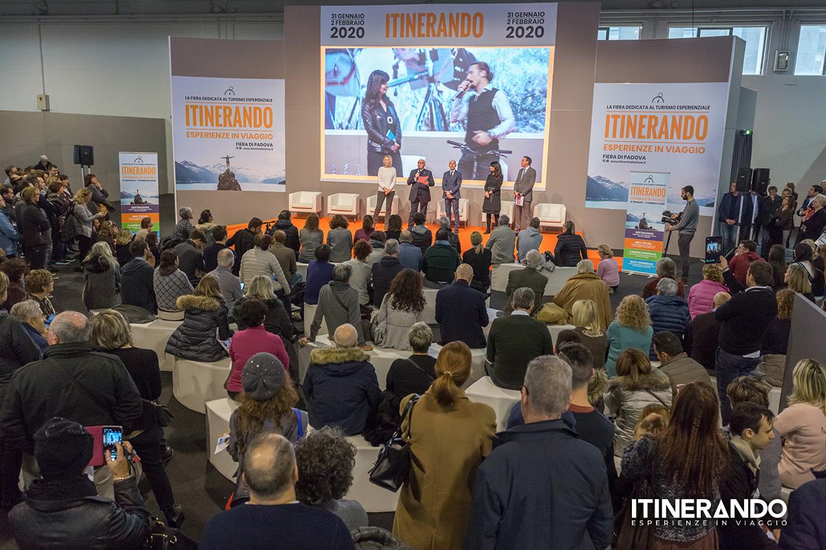 Il palco e il pubblico dell' Itinerando 2020