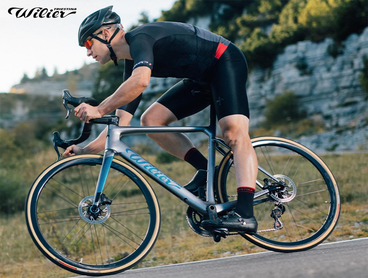 Un ciclista pedala per strada in sella ad una nuova bici da corsa Wilier 2021