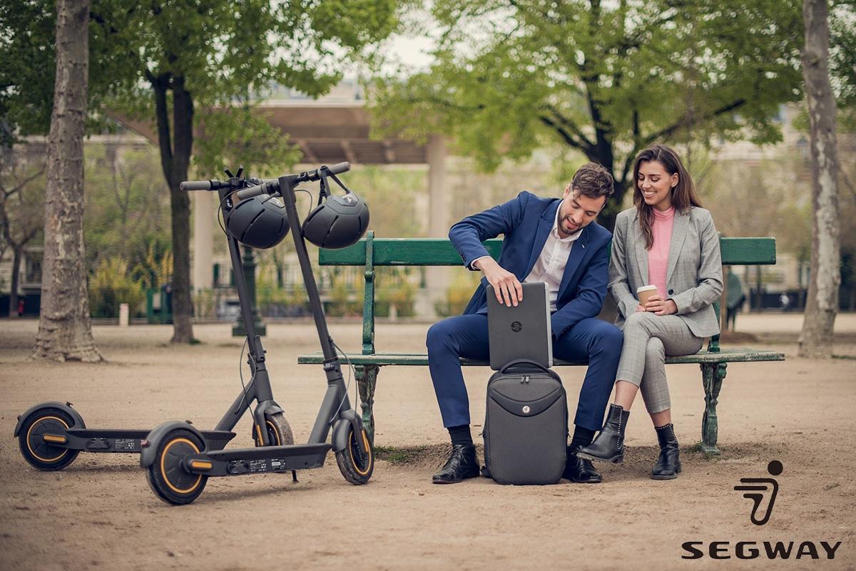 Una coppia su una panchina con i loro monopattini elettrici Segway 2021