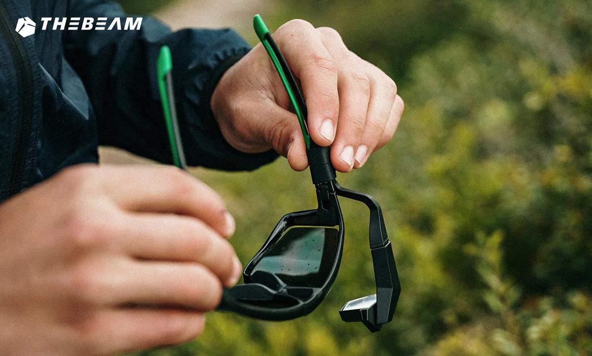 Degli occhiali da bici che montano il nuovo specchietto retrovisore The Beam Corky X 2021