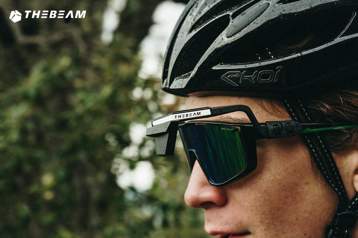 Una donna indossa degli occhiali da bici con il nuovo specchietto retrovisore The Beam Corky X 2021