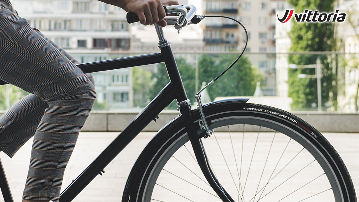 Dettaglio di una ruota anteriore di una bicicletta urban con il pneumatico Vittoria Adventure Tech