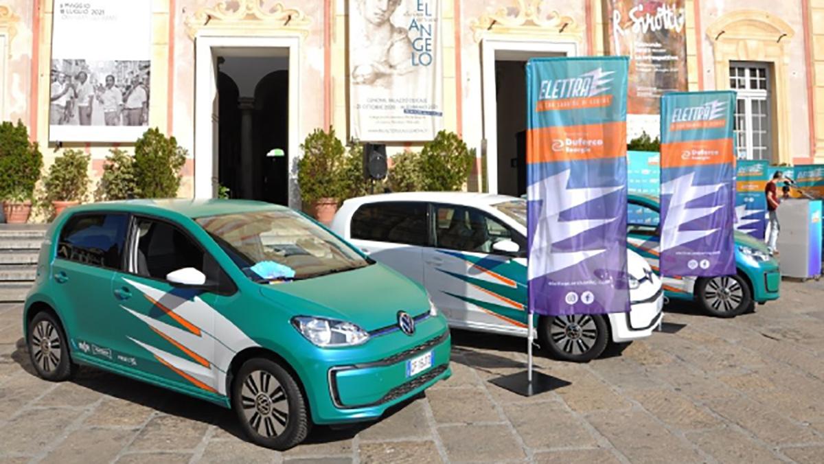 Delle auto elettriche sono parcheggiate in una piazza
