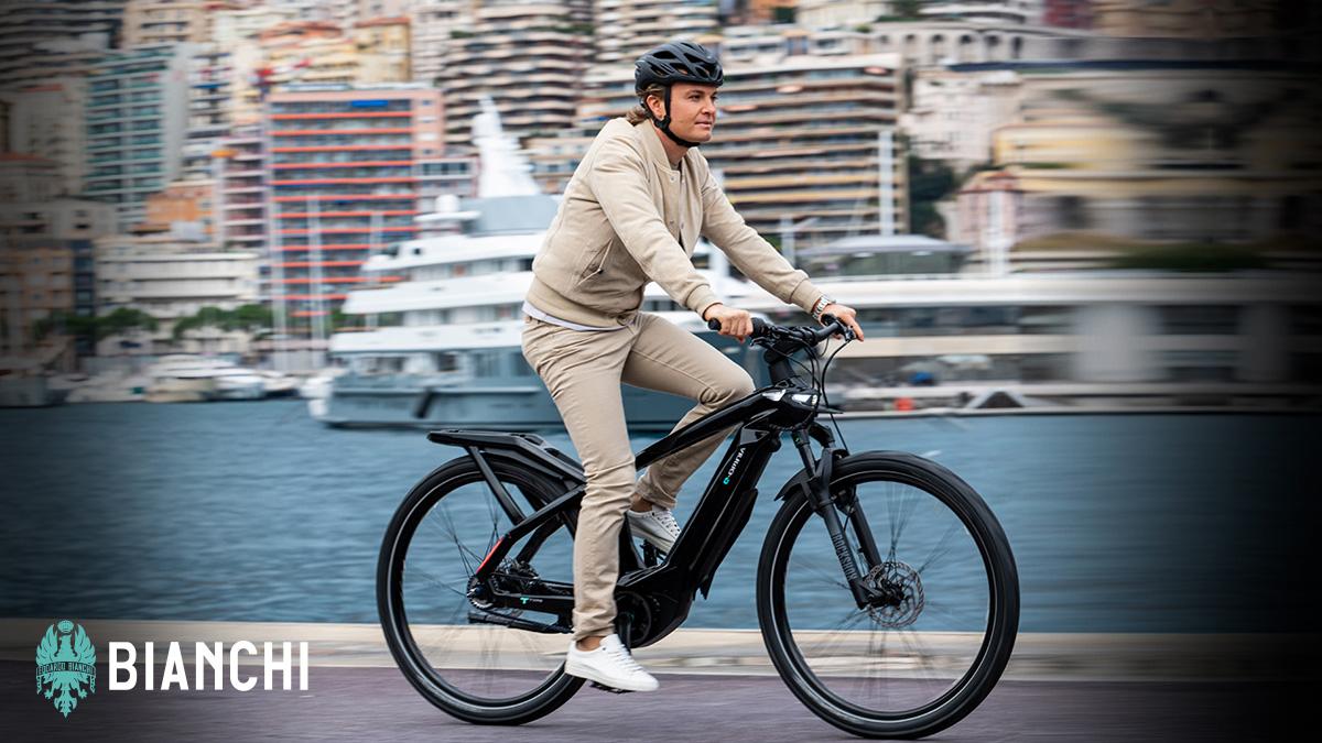 Un ciclista urbano pedala in sella alla sua ebike Bianchi e-Omnia