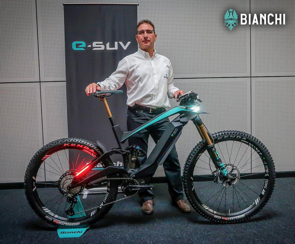 Fabrizio Scalzotto regge la bicicletta elettrica top di gamma della piattaforma E-Omnia