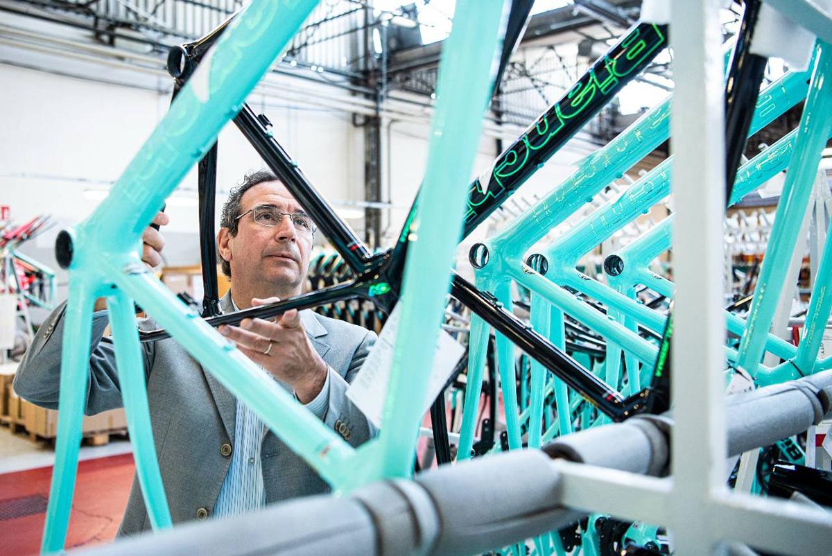 Fabrizio Scalzotto controlla un telaio di una bicicletta Bianchi