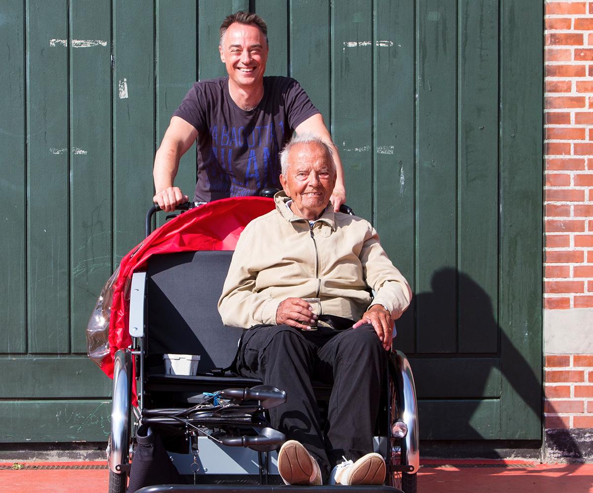 Ole Kassow insieme ad un anziano
