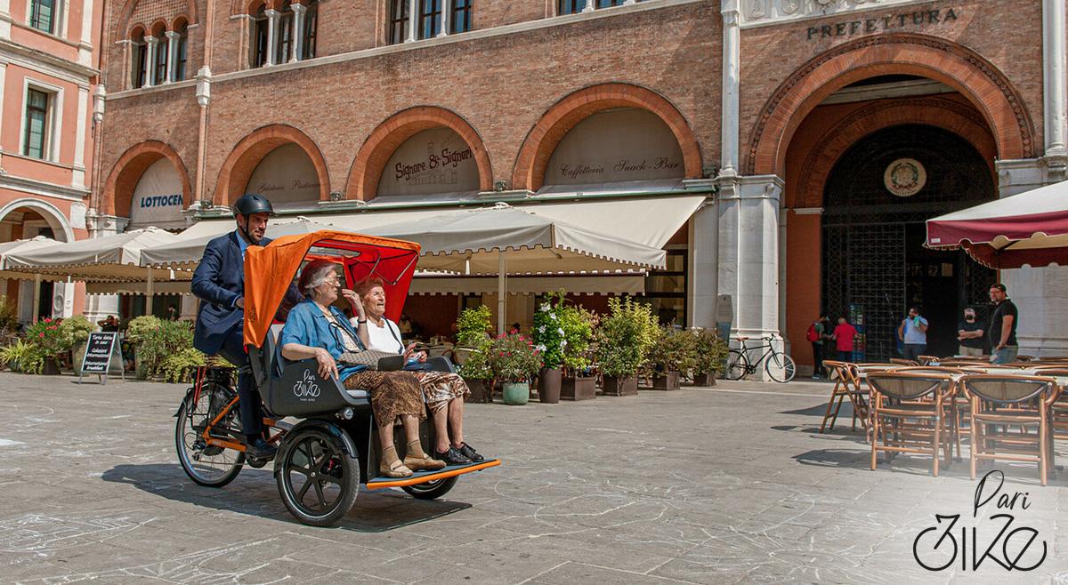 Delle signore anziane vengono trasportare su una paribike per il centro di Treviso