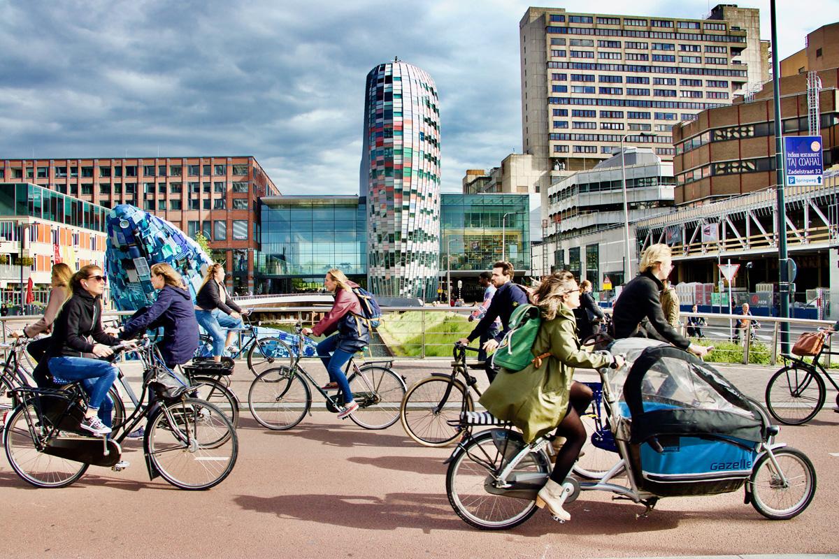 Cittadini olandesi che viaggiano in bici per la città