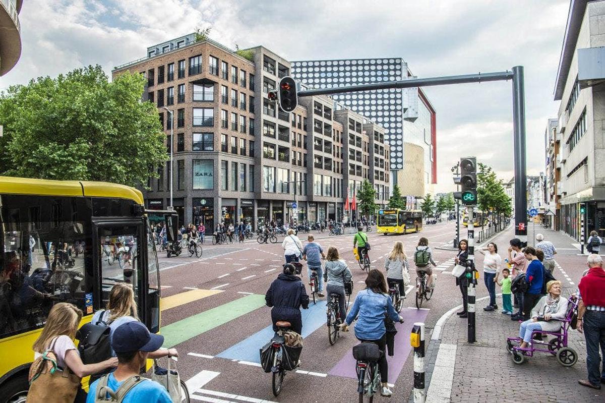 Una strada cittadina in Olanda popolata da ciclisti